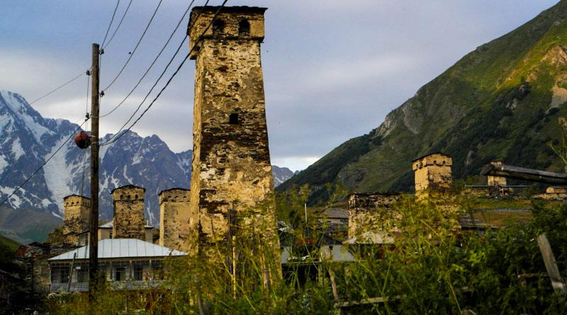 نمایی نزدیک از برج های سنگی دیدبانی در روستای اوشگولی