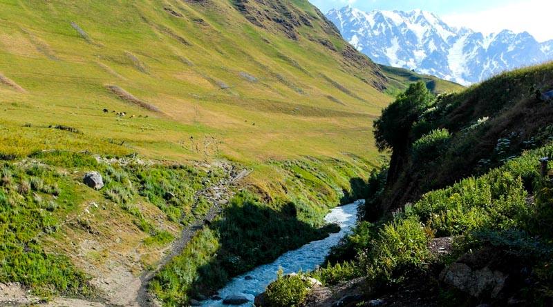 نمایی از کوه های شخارا در انتهای روستای اوشگولی