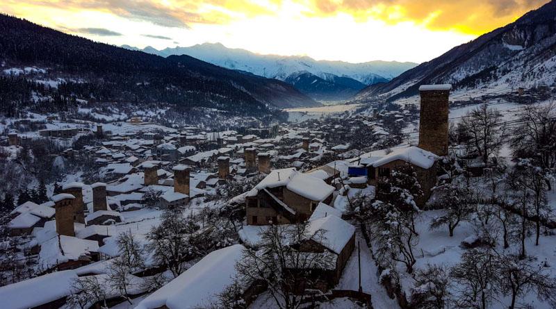 منظره دهکده زیبای مستیا در زمستان