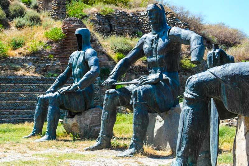 مجسمه قهرمانان در شهرگوری
